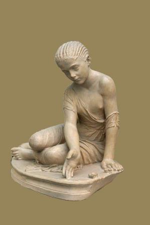 Gioco degli astragali. Statua romana di una fanciulla che gioca agli astragali (130-150 a.C.). Foto fatta da MatthiasKabel