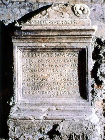 Altare con dedica alle ninfe di Anna Perenna.