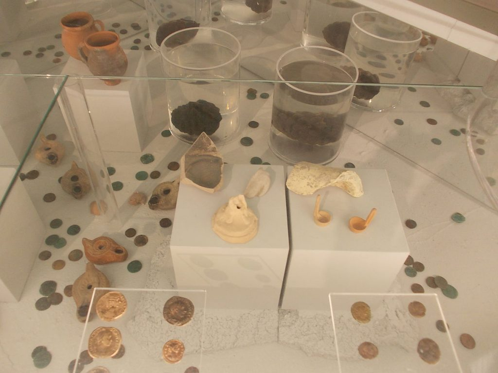 Alcuni oggetti rinvenuti durante lo scavo della Fontana di Anna Perenna. Materiali esposti presso il Museo nazionale romano delle Terme di Diocleziano.